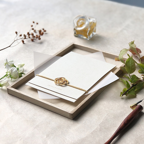 家族や親しい友人のみで行う「少人数結婚式」とは?家族婚におすすめの招待状デザイン6選もご紹介!